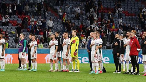 Khoảnh khắc EURO: Cả đội Hungary không gục xuống, đặt tay lên trái tim hát quốc ca sau trận hòa Đức