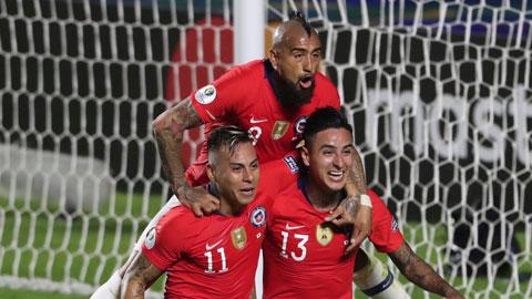 Hàng thủ lỏng lẻo sẽ biến Paraguay thành mồi ngon cho Arturo Vidal (trên) và đồng đội