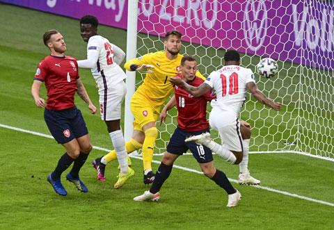 Sterling (10) ghi bàn duy nhất vào lưới CH Czech mang về chiến thắng cho Anh