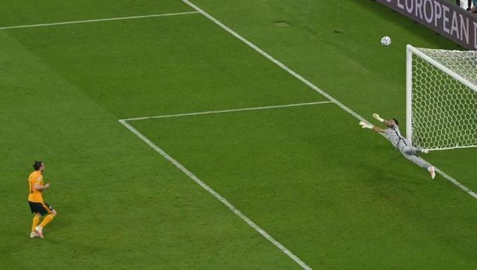 Bale đá hỏng phạt đền một cách ngớ ngẩn