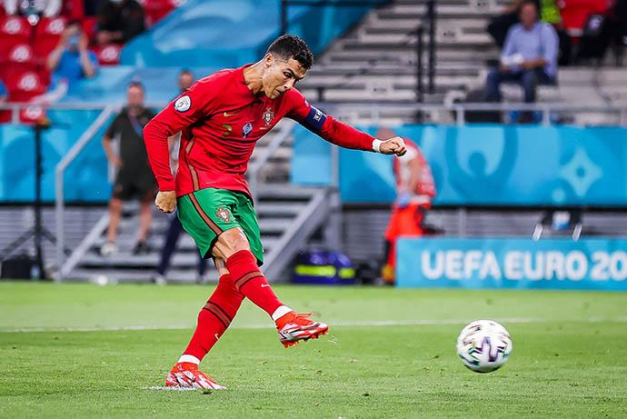 Ronaldo mở tỷ số cho Bồ Đào Nha trên chấm 11m
