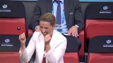 Nữ thủ tướng Đan Mạch vui sướng ăn mừng trên khán đài khi đội nhà vào tứ kết