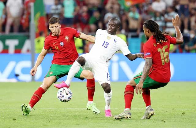 N'Golo Kante (giữa) thi đấu tuyệt hay trong trận Pháp hòa Bồ Đào Nha 2-2  ở vòng bảng