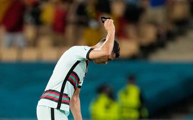 Ronaldo tỏ ra bất lực khi không thể giúp Bồ Đào Nha bảo vệ thành công chức vô địch