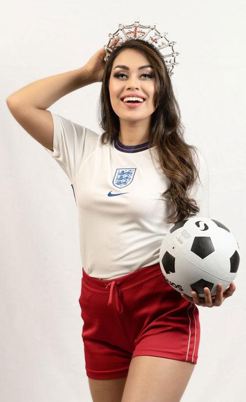 Bhasha Mukherjee tung hình ảnh mặc áo đấu ĐT Anh để cổ vũ đội tuyển quê nhà