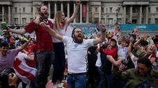CĐV Anh ăn mừng điên dại như vô địch khi đội nhà hạ Đức để vào tứ kết