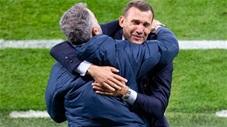 HLV Shevchenko khóc vì vui sướng khi Ukraine vào tứ kết EURO
