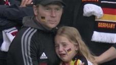 Khoảnh khắc EURO: Nghẹn lòng bé gái khóc nức nở trong lòng cha sau khi Đức bị loại