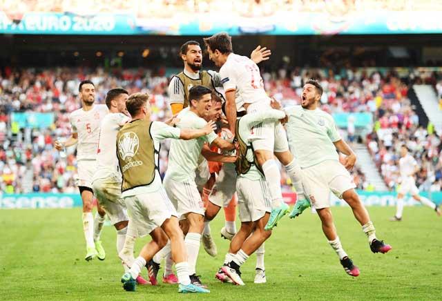Các cầu thủ Tây Ban Nha ăn mừng chiến thắng kịch tính trước Croatia
