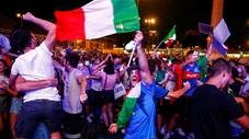 CĐV Italia quẩy tưng bừng như thể vô địch EURO 2020 sau khi hạ Bỉ