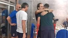Từng cầu thủ Italia ôm hôn Spinazzola trước khi anh làm phẫu thuật