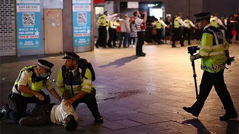 """Cảnh sát vụt các fan quá khích ăn mừng ĐT Anh vào bán kết EURO 2020<span class=""""video""""></span>"""