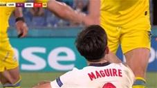 Đội trưởng Ukraine ngăn không cho đồng đội kéo Maguire đứng dậy