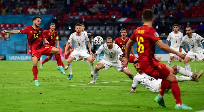Italia (áo trắng) mới lọt lưới 2 bàn ở EURO 2020