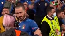 Bonucci bị nhân viên an ninh tưởng nhầm là fan quá khích, đòi đuổi lên khán đài