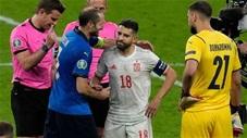 Đội trưởng Italia và Tây Ban Nha tranh vị trí đá luân lưu rồi nựng má nhau