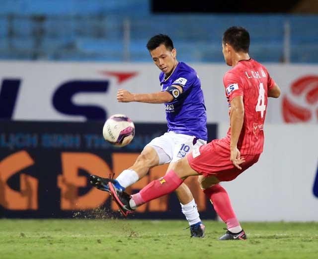 Văn Quyết (trái) quyết dốc sức cùng Hà Nội FC chinh phục Top 6 V.League - Ảnh: ĐỨC CƯỜNG