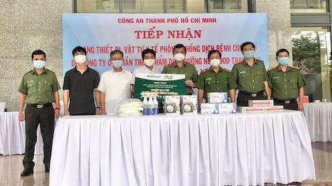 Công Phượng trao tặng trang thiết bị phòng chống Covid-19 cho công an TP.HCM