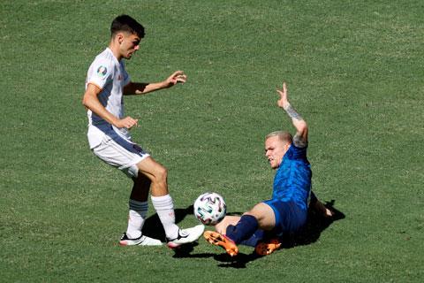 Pedri (trái) xứng đáng được coi là cầu thủ hay nhất của ĐT Tây Ban Nha tại EURO 2020