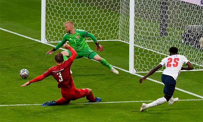 Saka căng ngang buộc hậu vệ Đan Mạch phải đốt lưới nhà