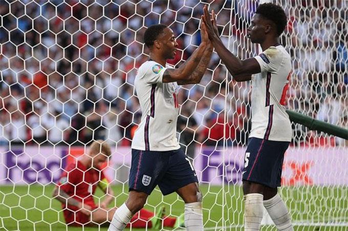 Sterling (trái) đã ghi 3 bàn ở EURO 2020