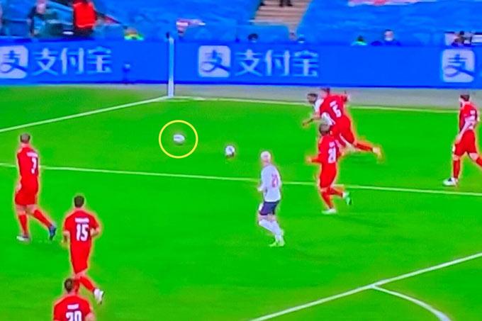 Có trái bóng thứ 2 xuất hiện ở tình huống Sterling thoát xuống vòng cấm