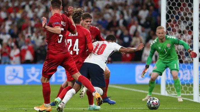 Luật bóng đá vận dụng thế nào ở 3 tình huống tranh cãi trận Anh vs Đan Mạch?