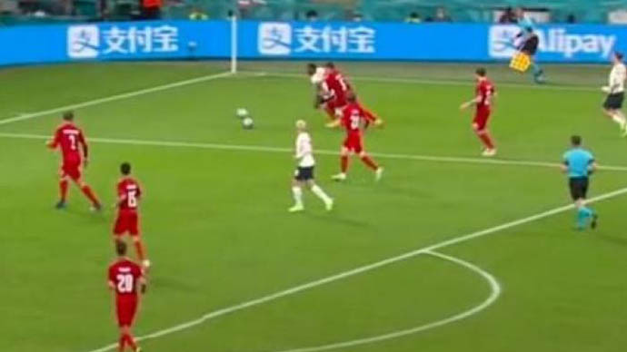 Có 2 quả bóng trên sân trước khi Sterling kiếm 11m ở trận Anh thắng Đan Mạch