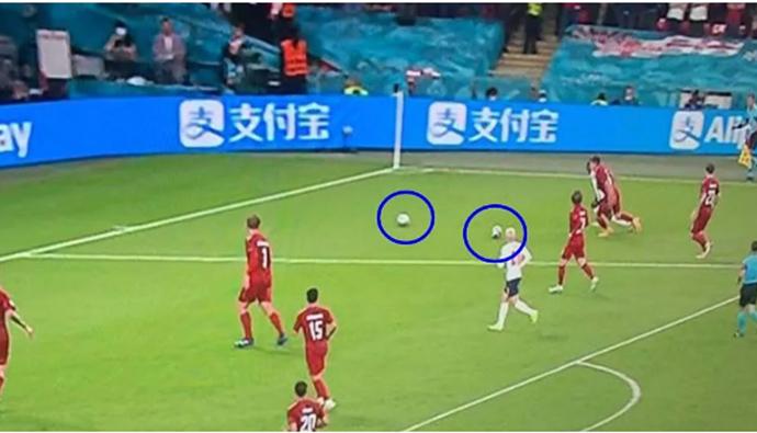 Có 2 quả bóng trên sân trước khi Sterling kiếm về 11m cho ĐT Anh
