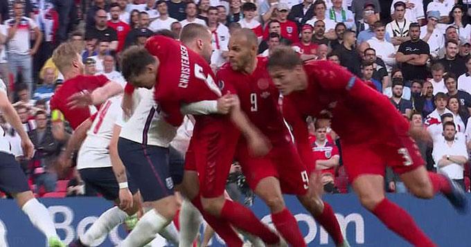 ĐT Anh cần tránh những pha phạm lỗi không cần thiết như khi Shaw đốn ngã Christensen