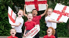 Nhiều trường học ở Anh cho phép học sinh đến muộn sau trận gặp Italia