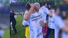 Neymar ôm chặt chúc mừng Messi lần đầu vô địch Copa America