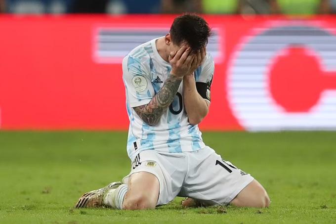 Messi ôm mặt xúc động khi đoạt danh hiệu đầu tiên cùng ĐTQG