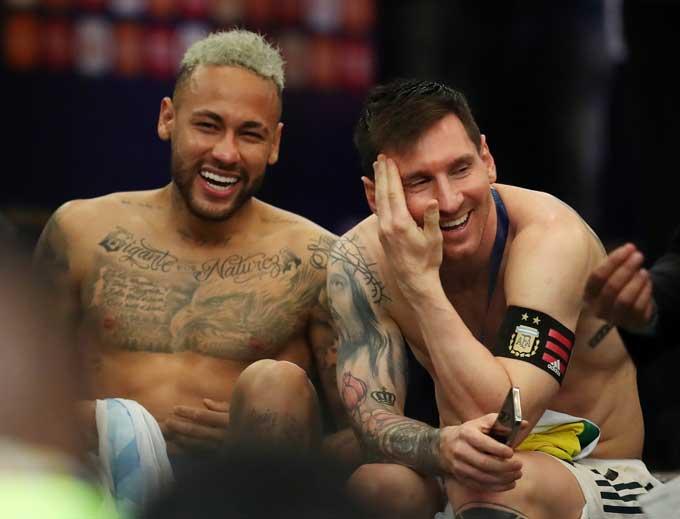 Messi 'an ủi' đồng đội cũ Neymar sau trận