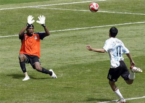 Di Maria bấm bóng ghi bàn mang về huy chương vàng Olympic 2008 cho Messi và ĐT Olympic Argentina