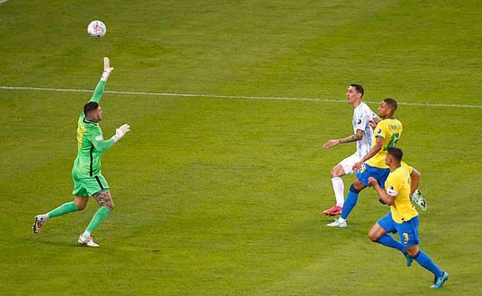 Di Maria ghi bàn duy nhất của trận đấu bằng 1 cú bấm bóng điệu nghệ