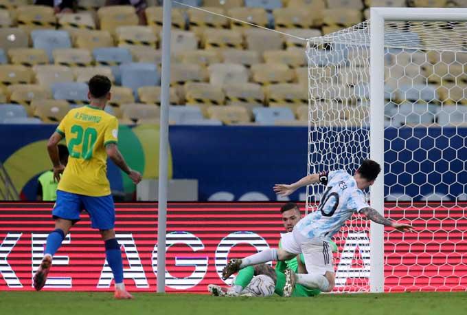 Messi bỏ lỡ 1 cơ hội cực kỳ ngon ăn ở cuối trận
