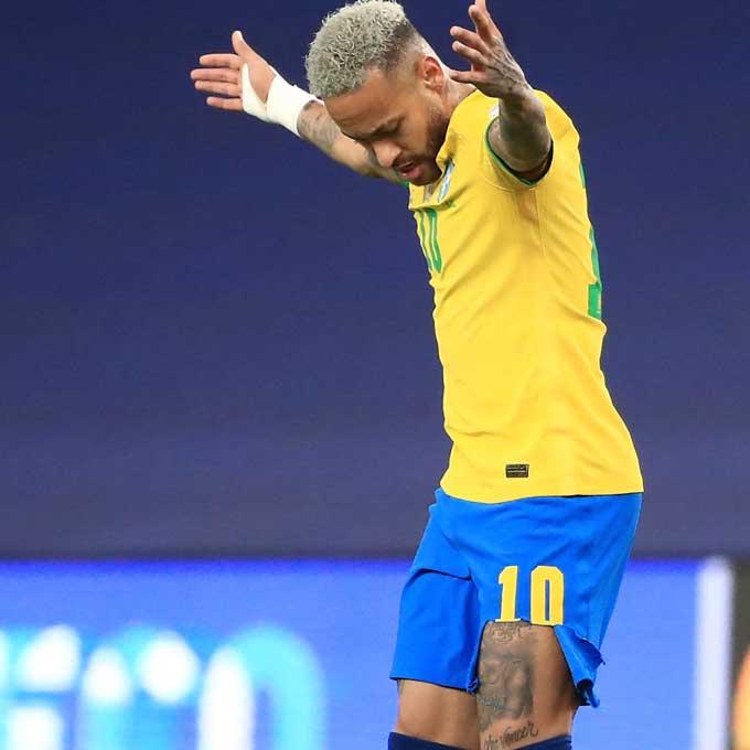 Neymar thậm chí còn bị cầu thủ Argentina kéo rách quần