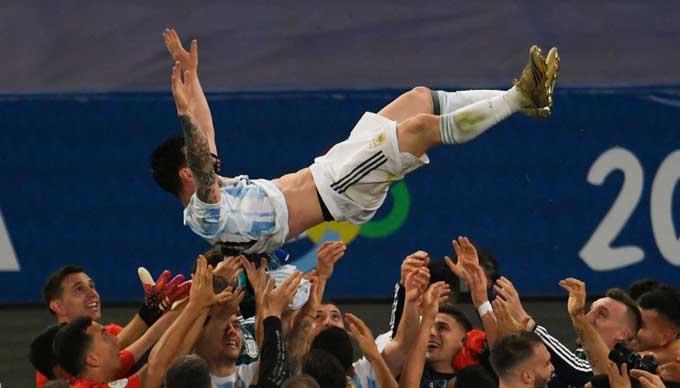 Các đồng đội tung hô Messi