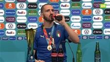 Trung vệ Bonucci uống cả bia lẫn nước ngọt trong phòng họp báo