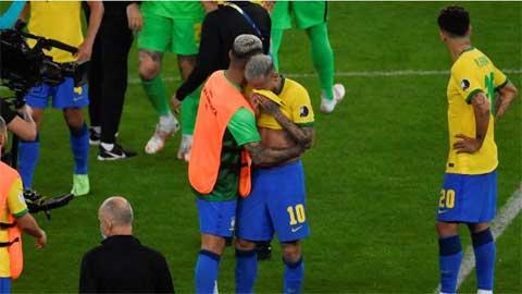 ĐT Brazil: Chiếc cúp được 'book' trước bỗng tuột khỏi tay