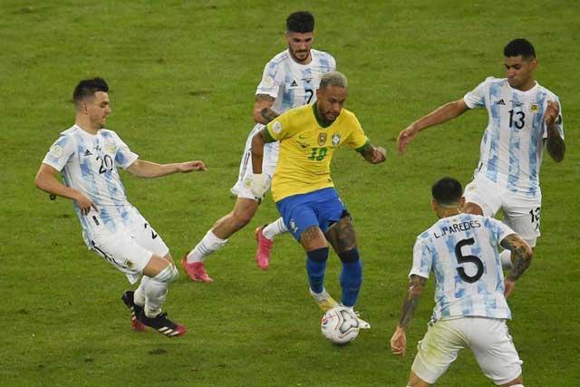 Neymar đã không thể tỏa sáng trong vòng kìm kẹp của các cầu thủ Argentina ở chung kết