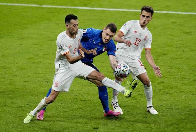 Italia (áo sẫm) là đội thiên về kiểm soát bóng nhưng trước Tây Ban Nha (áo sáng), Azzurri chỉ cầm bóng được có 31%