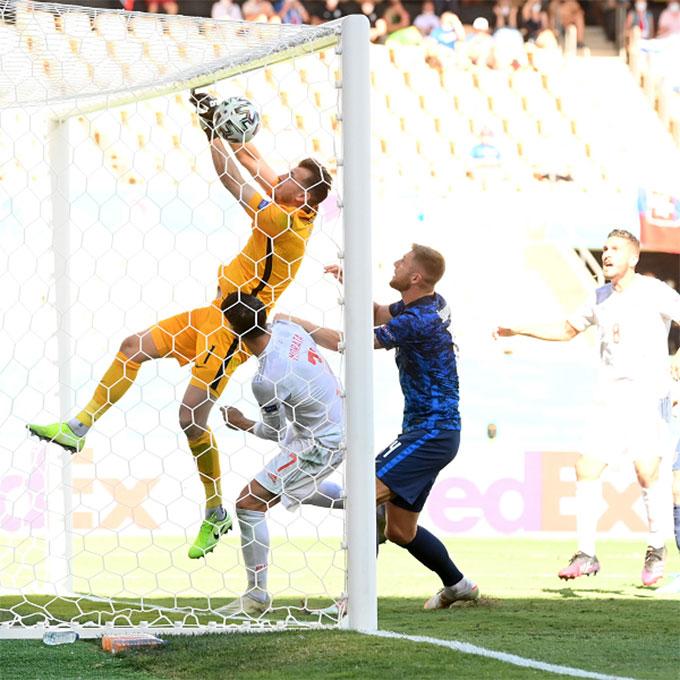 Tình huống đốt lưới nhà vô duyên của thủ môn ĐT Slovakia
