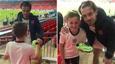 Jack Grealish lên tận khán đài tặng fan nhí giày thi đấu sau trận chung kết EURO