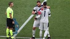 Vì sao thủ môn dự bị Sirigu khiến các cầu thủ Italia rơi nước mắt