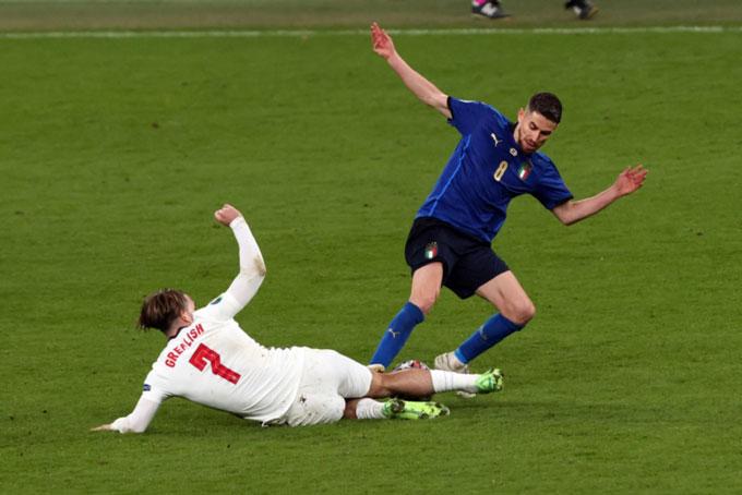 Jorginho đạp chân Grealish nhưng cũng chỉ phải nhận thẻ vàng