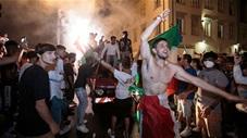 Đến chịu với những màn ăn mừng nguy hiểm chết người của CĐV Italia