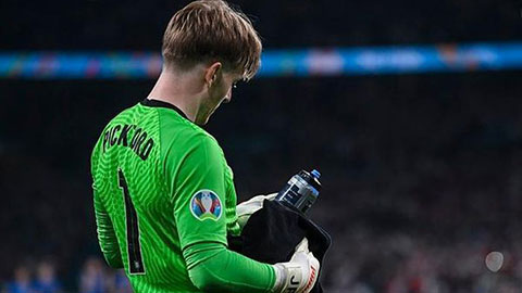 Tại sao thủ môn Pickford có chai nước in đầy tên các cầu thủ đội tuyển Italia?