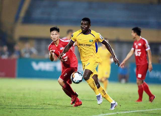 Olaha (phải) từng thi đấu rất thành công tại V.League trong màu áo SLNA